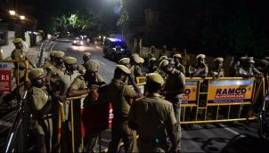 போயஸ் கார்டனில் வருமான வரித்துறை சோதனை | Income Tax officials raid Jayalalithaa's Poes Garden residence