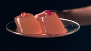 टीवी पर क्यों दिखाया जा रहा है महिला का निप्पल? |  'First female nipple' broadcast in daytime TV advert for breast cancer